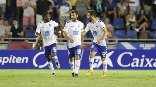 Los futbolistas del CD Tenerife, contentos con la primera victoria de la temporada