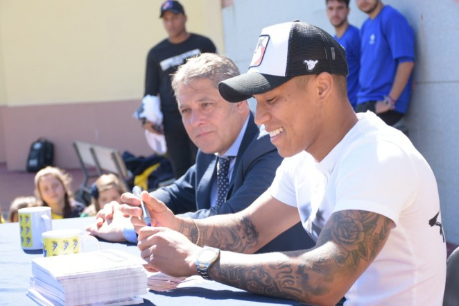 Machis firma autógrafos en su visita al colegio Argantonio de Cádiz (Foto: CCF).