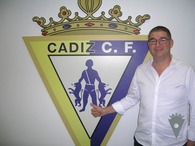 Javier Manzano posa ante el escudo del Cádiz (Foto: CCF).