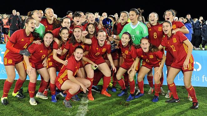 Las chicas de la selección celebran el título (Foto: @sefutbol).