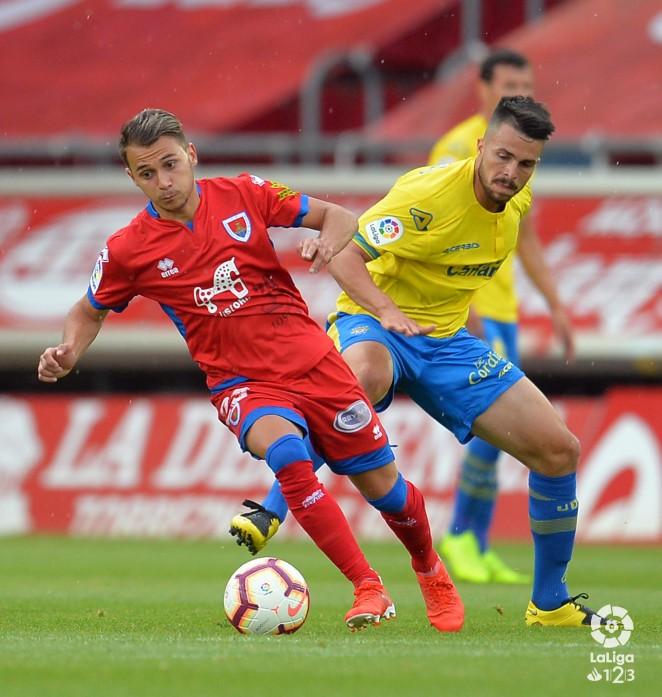 Un jugador del Numancia y de Las Palmas se disputan el balón (Fuente: Página Web de Las Palmas)