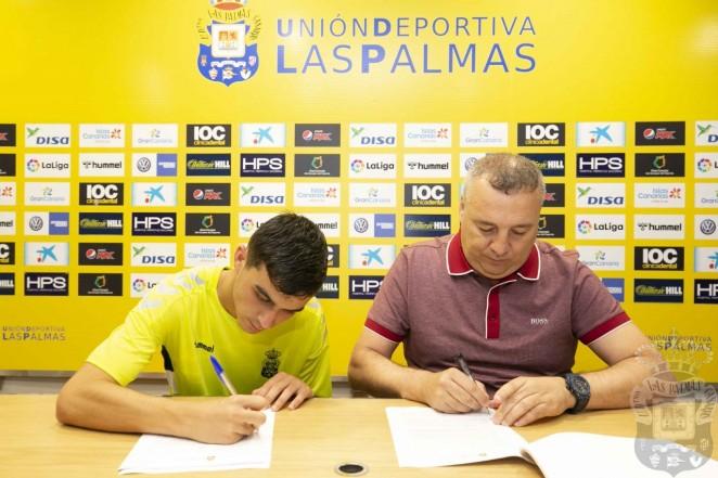 Pedri firma contrato profesional con la UD Las Palmas