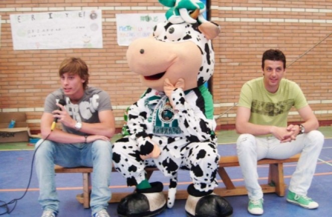 Canales, Oriol y la Vaca Tula, con 350 escolares de Marina de Cudeyo |  Racing - Web Oficial
