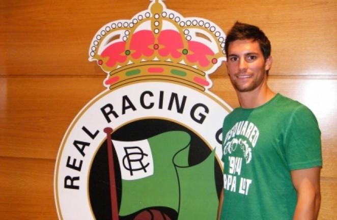 González, junto al escudo del Racing